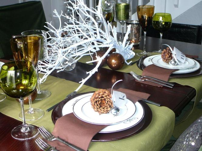 rms_nyclq-green-and-brown-winter-tablescape_s4x3-jpg-rend-hgtvcom-966-725
